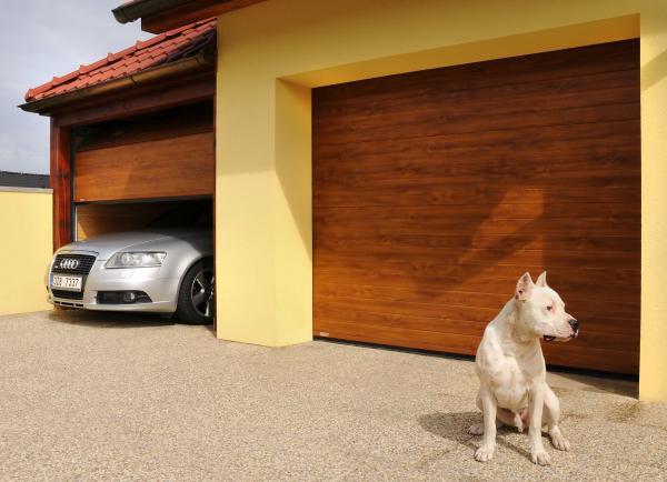 Sekční garážová vrata dekor dřeva s pohonem